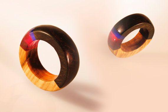 gioiello in resina e legno, accessorio unisex, intarsiato in ulivo e ebano, con vetro organico colorato, anello elegante, gioiello fashion