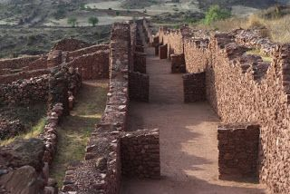 Seeing Places Building Spaces: Timgad vs. Pikillacta