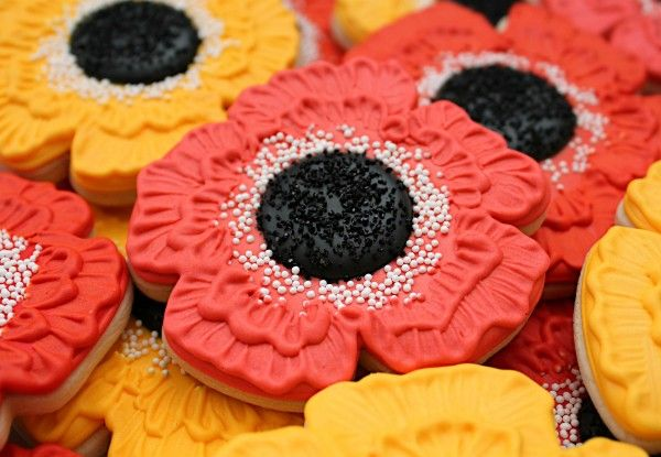 Simple Poppy Cookies Via The Sweet Adventures of Sugarbelle - these cookies are absolutely gorgeous!  I want to try the fanning/paint brush technique one day.