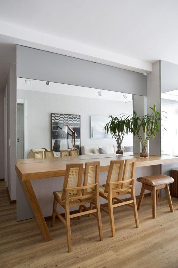 Reforma separa sala e cozinha com espelho corrediço