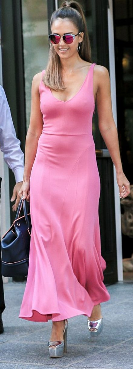 Jessica Alba: Purse – Versace  Dress – Narciso Rodriguez  Shoes – Giuseppe Zanotti  Sunglassses – Dior