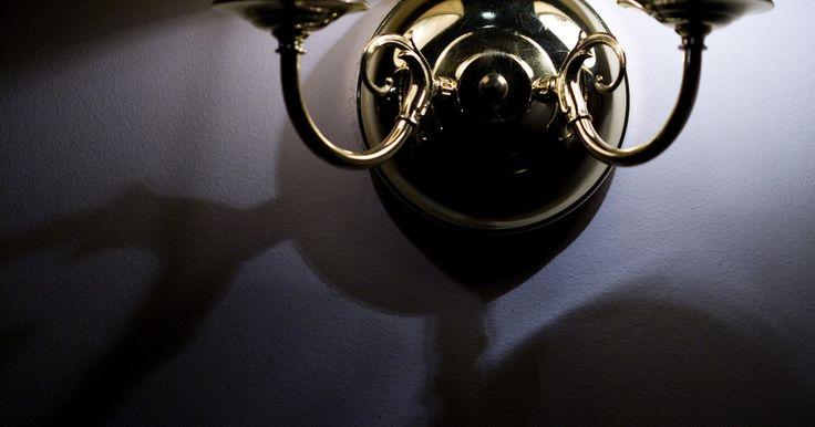 Cómo pintar una lámpara de latón en color cromo. Cuando no te agrada una lámpara, es fácil creer que la única opción es reemplazarla. Si bien ésta es una opción viable, es costosa y lleva tiempo. Una solución mucho más simple es recrear la lámpara mediante un nuevo acabado. Las pinturas en aerosol están disponibles en una variedad de acabados de imitación para que puedas transformar ...