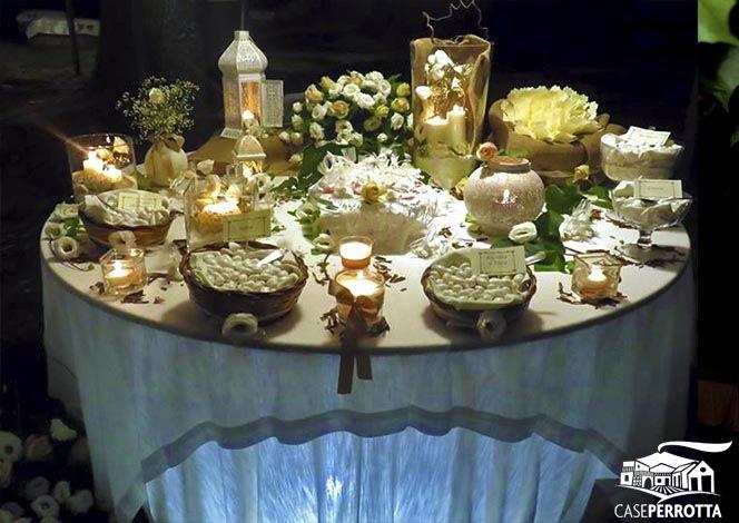Allestimento confettata matrimonio serale con rose e confetti vario gusto