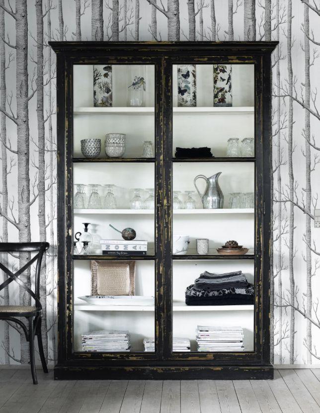 """Denne vitrine fra Nordals charmerende, og meget populære Countryside serie, har 5 isatte hylder, og glas fra """"gulv til loft"""" i både sider og døre. En smuk og tidløs vitrine som er ideel i køkkenet såvel som stuen. Skabet er fremstillet af elmetræ, og har den smukkeste patinering i malingen."""