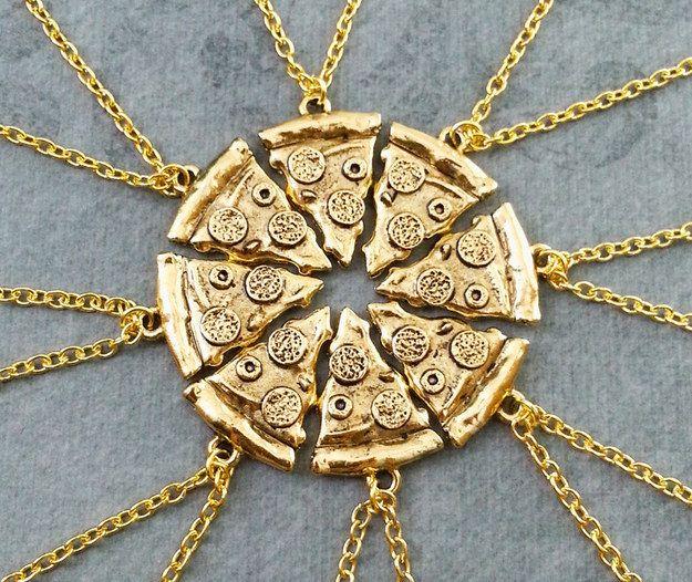 Un conjunto de collares de rebanadas de la amistad para compartir con tus mejores amigos. | 27 Productos para los que están completamente obsesionados con la pizza