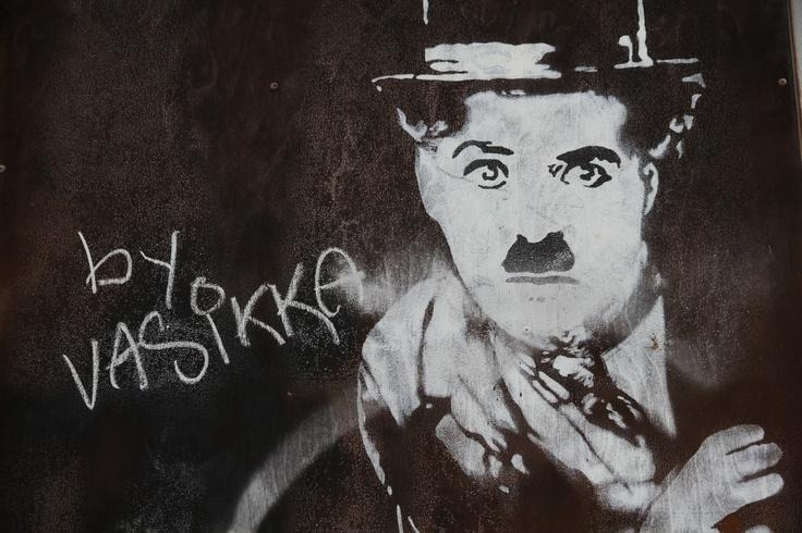 Charlie Chaplin Forssan elävien kuvien teatteria vastapäätä olevan talon seinässä Forssan Keskuskadulla.
