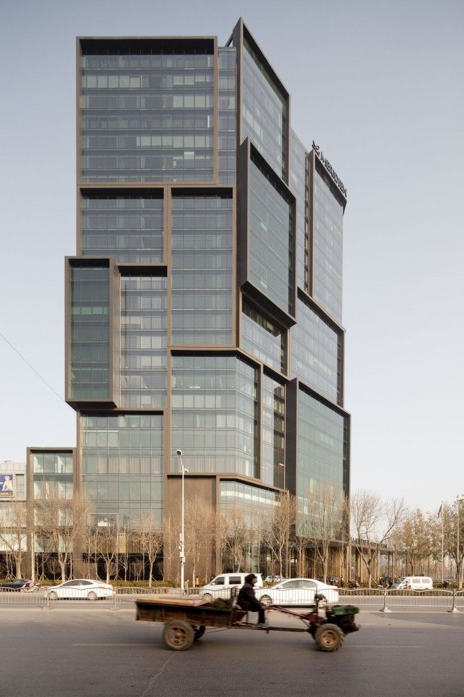Hier zie je een mooi staaltje architectuur: een hoekig gebouw opgebouwd uit verschillende vierkanten