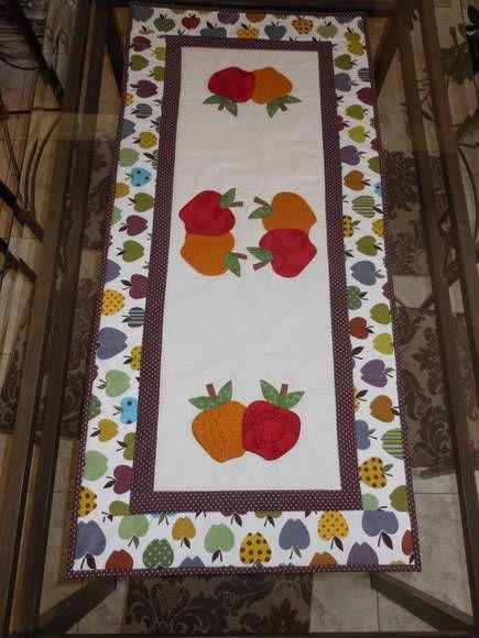 Trilho de mesa em tecido 100 % algodão. Manta acrílica no interior, aplicações de maçãs. Outras cores e motivos à escolha do cliente