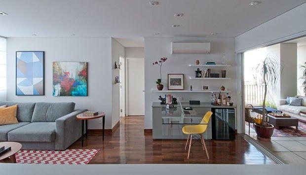 Quando o jovem carioca proprietário desse apartamento veio morar em São Paulo, queria viver em um lugar que tivesse sua personalidade. Ele escolheu uma unidade no famoso edifício 360 º, no Alto da Lapa, para chamar de lar. O empreendimento é assinado pelo arquiteto Isay Weinfeld, e a decoração dos ambientes integrados é divertida e colorida.