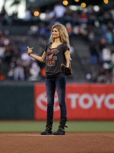 Marisa Miller's vintage SF Giants tee, skinny jeans and Fiorentini & Baker boots!