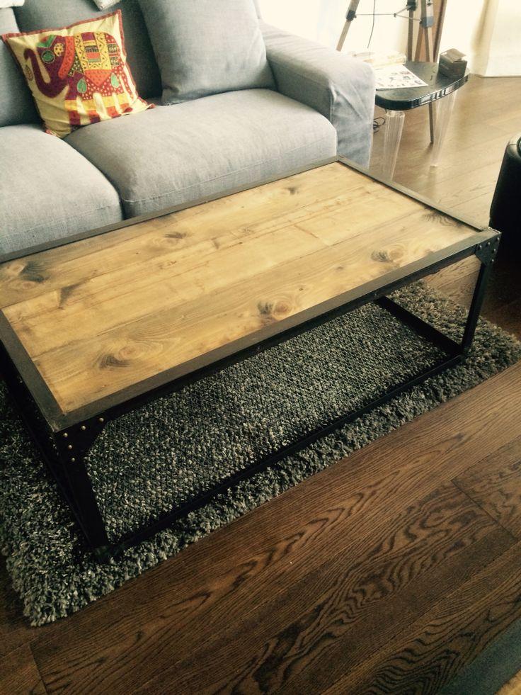 Table basse de style industriel en bois et acier
