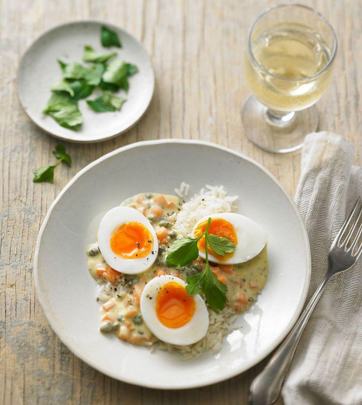 Vegetarische Alternative zu Ostpreußens Klopseklassiker: Auf weißer Sauce mit Kapern sind wachsweiche Eier eine runde Sache.