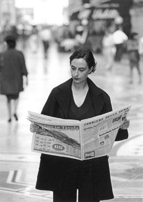 Ferdinando Scianna 1997 ITALY, Milan: reading in Galleria Vittorio Emanuele.
