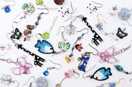 This is a guide about organizing earrings. Earrings come in almost every imaginable shape and size. It is no wonder they can be difficult to store with getting to be disorganized.