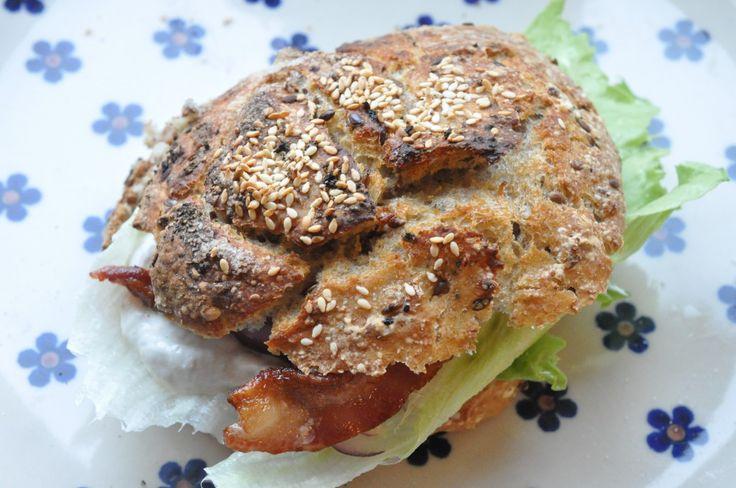 Sprød sandwich med hønsesalat, bacon og rødløg af koldthævet dej