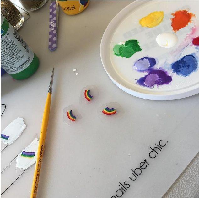 Создайте лаками для ногтей рисунок на поверхности плотной пленки и дайте ему высохнуть. Отделите полученную аппликацию, нанесите ее на ноготь и хорошо зафиксируйте сверху прозрачным покрыти