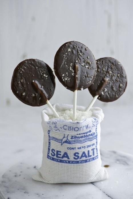 Paletas de chocolate con sal marina.
