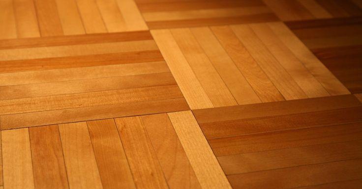 ¿Qué es el parquet?. El parquet es una mezcla o mosaicos de diferentes tipos de maderas, como nogal y cerezo, para hacer un patrón de piso. Este tipo de diseño de piso se asocia con la realeza y la decoración de alta gama.