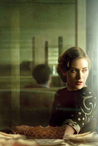 """Kate Winslet by Annie Leibovitz - Esta imagen es interesante porque aunque resulta técnicamente imperfecta, esos """"errores"""" se usan para crear un entorno y lanzar un mensaje. El fondo queda movido, con algunos trazos de luz, mientras la actriz se mantiene estática y algo iluminada, como si algo estuviera sucediendo a su alrededor."""