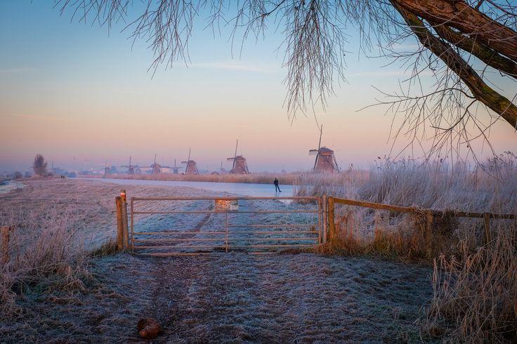 Een letterlijk oer-Hollands plaatje ;). schaatsen molens winter Foto: Edwin Tamboer, Kinderdijk.