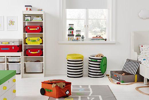 Orden og fantasi møtes i IKEA FLYTTBAR-serien. Den omfatter kasser, kurver og kister, alt sammen designet med tanke på barnelek.