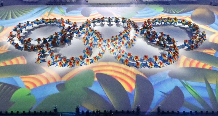 Im Maracanã-Stadion traten Dutzende Tänzer auf - einige von ihnen bildeten…