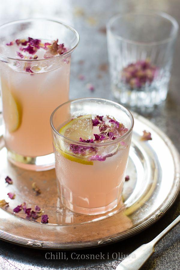 Rabarbarowy napój z wodą różaną - pyszny, orzeźwiający, o pięknym różowym kolorze.