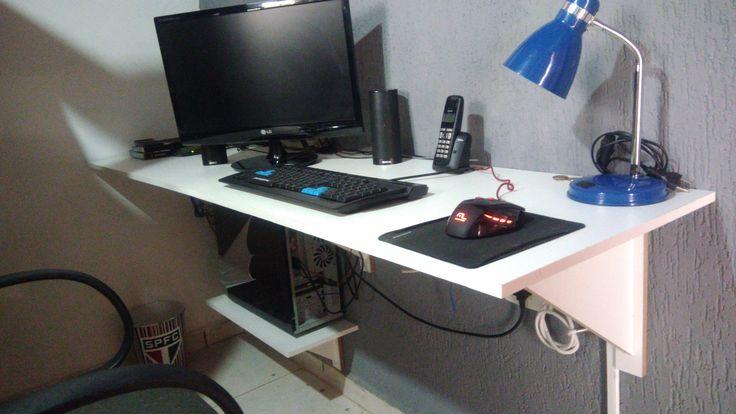 Mesa para escritório / quarto MDF 15mm, 183 x 50 cm. Fixada com três mãos francesas feitas de MDF da mesma espessura.