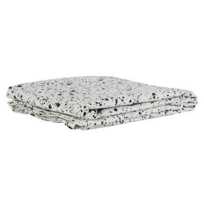Splatter bordsduk från Tell Me More. Stänk av svart på en vit yta ger denna härl...
