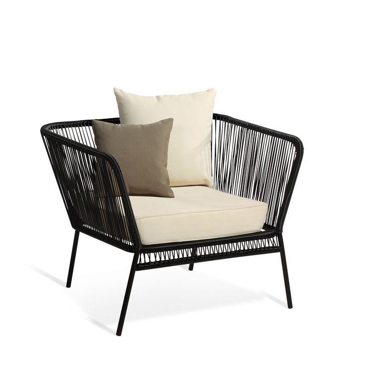 La sedia MEXICO è uno dei design più riconosciuti del  ventesimo secolo. Si tratta di un design anonimo del 1950 molto usato  dagli attori di Hollywood nella loro spiaggia preferita ad Acapulco,  Messico.  Questa collezione si completa con questa poltrona a una piazza con cuscino nel sedile e altri due nello schienale di colore bianco. NOTA: indipendentemente dal colore della poltrona i cuscini sono sempre bianchi. La separazione dei raggi forma una trama permeabile e fresca, evita la…