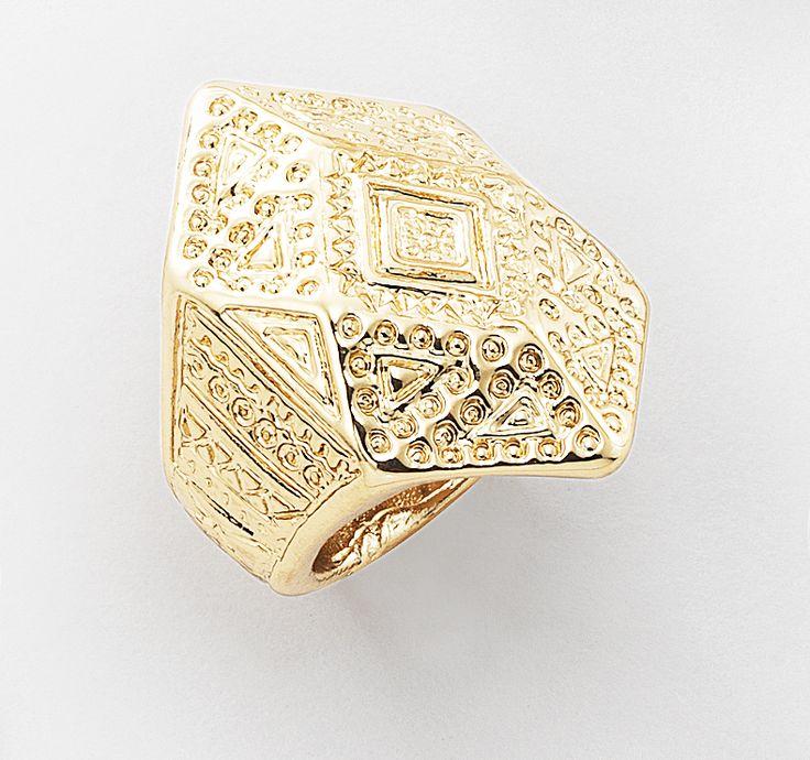 Añade tu toque personal a éste anillo troquelado. Úsalo en tu dedo meñique para un aspecto clásico o cualquier otro dedo para una actualización moderna. También se ve muy bien con un collar largo y moderno. Medida #6. Modelo: 116124