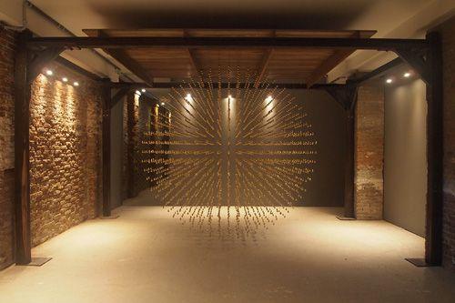 アリン・ルンジャーン。(อริญชย์ รุ่งแจ้ง) 1975年タイ・バンコク生まれ、同市を拠点に活動。2013年のヴェネツィア・ビエンナーレでは二人のタイ代表作家のうち一人として、真鍮の「涙滴」による緻密な彫刻インスタレーションとビデオとで構成される作品《Golden Teardrop》(2013)を出品。本作では卵黄を使ったタイの伝統的な砂糖菓子「トーン・ヨート」(金の滴)を出発点として、15世紀・17世紀・20世紀・21世紀のタイ・ギリシャ・ポルトガル・日本の個人の物語と砂糖の交易史を緩く丁寧に重ね合わせ、広義の歴史や記憶、その編纂や生成について再考している。#PARASOPHIA: 京都国際現代芸術祭 2015