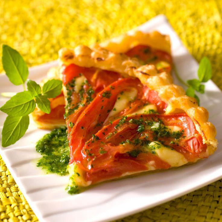 Découvrez la recette Tarte à la tomate au pistou sur cuisineactuelle.fr.