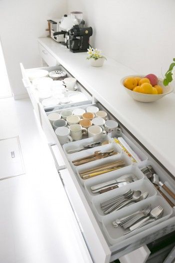 カトラリー類、食器が素材別に整然と収まる。子ども達が取り出しやすい高さにも配慮。
