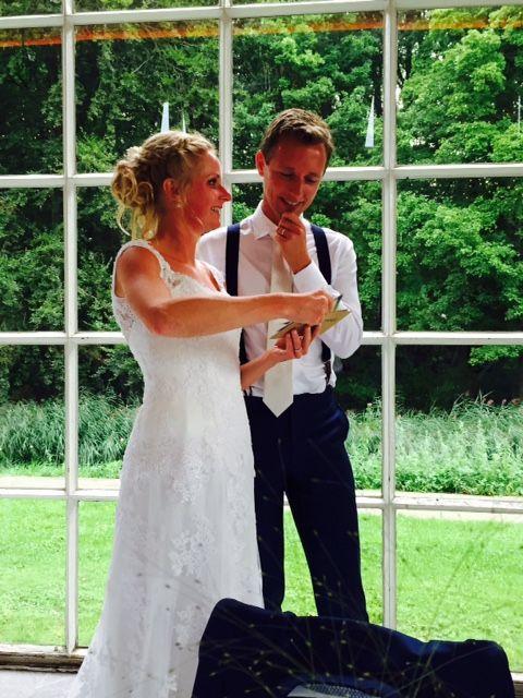 Prachtige foto van een blije klant met bretels tijdens de bruiloft. De bruidegom had een persoonlijke afspraak gemaakt voor persoonlijk stijladvies op www.bretels.nl. #bretels #suspenders #braces #heinstrijker #dutchdandy #suits #suit #dandy #dandysyle