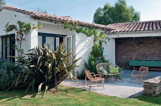 Pause digestive après le repas sur cette jolie terrasse - Hameau familial sur l'Ile de Ré - CôtéMaison.fr