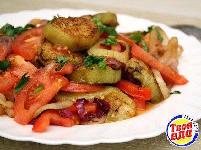 Очень вкусный овощной салат из баклажанов! Масло в этот салат добавлять не нужно, его достаточно в обжаренных овощах. Приятного аппетита!
