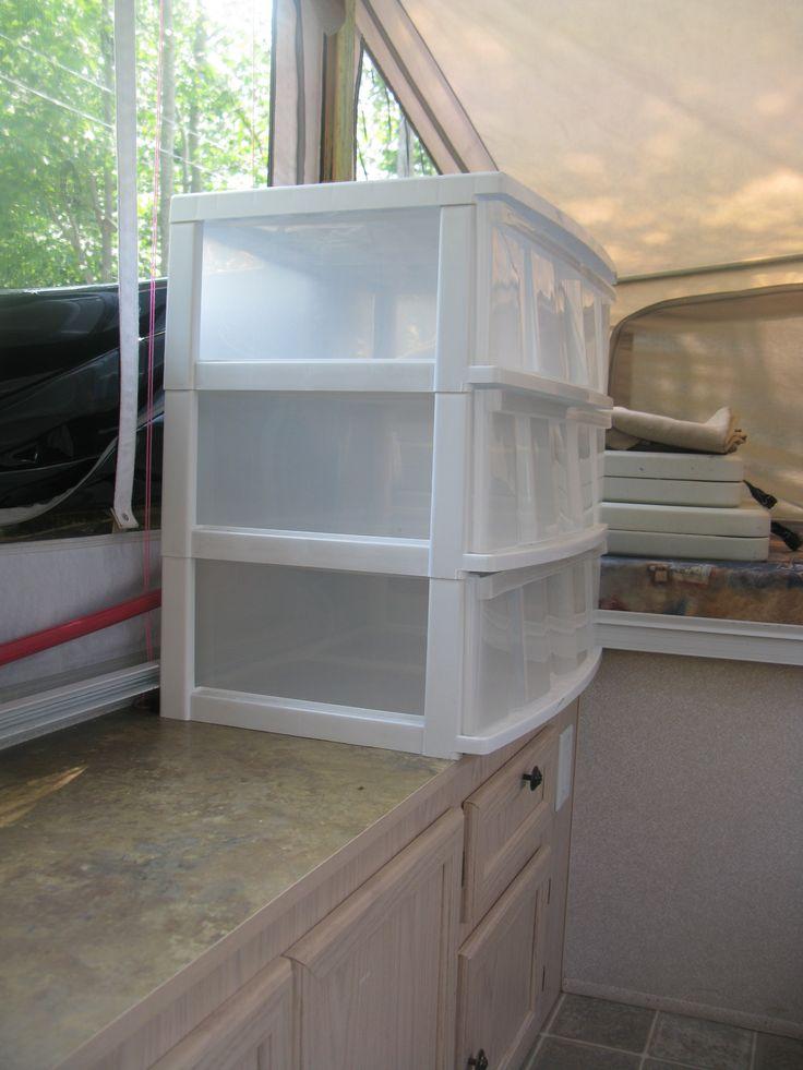 Clothing storage box for tent-trailer Boîte de rangement des vêtements pour tente-roulottes