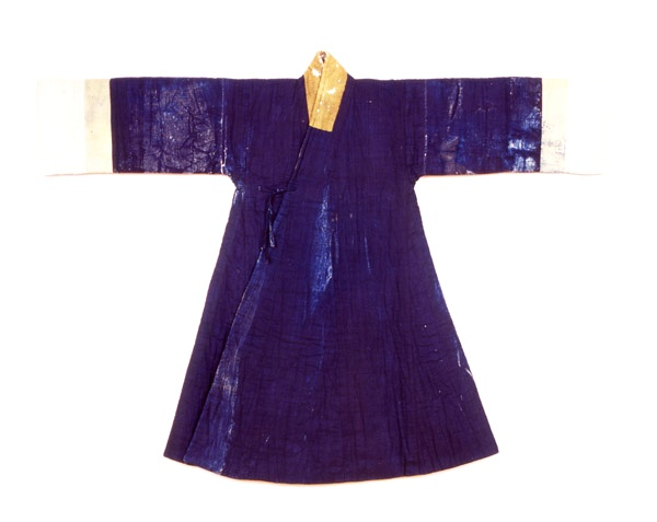 Cotton padded jangot, belonging to the wife of Yi Cheon-gi. A jangot (장옷) is a coat-shaped veil, although it appears in the 16th and 17th centuries it was still used as a coat.  Yi Cheongi lived 1610-1666, and his wife was from the Heungryeo Park clan. Important Folklore Materials 37-4. See: http://jikimi.cha.go.kr/english/search_plaza_new/ECulresult_Db_View.jsp?VdkVgwKey=18,00370400,26=(jangot%3Cin%3E%20z_title)=0