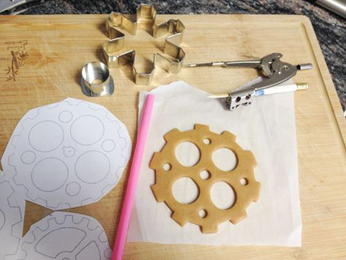 Use a compass and cookie cutter edges to make gear-shaped gingerbread cookies. #steampunk #gingerbreadhouse