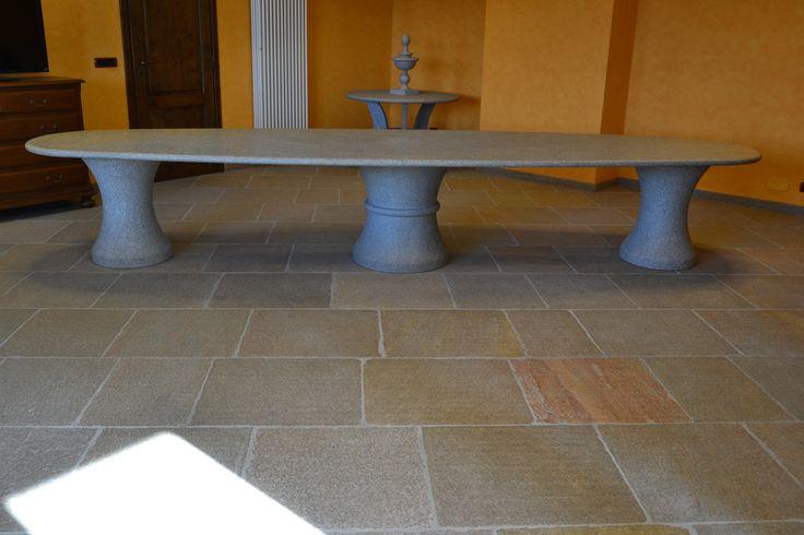 Tavolo completamente realizzato con Pietra di Luserna
