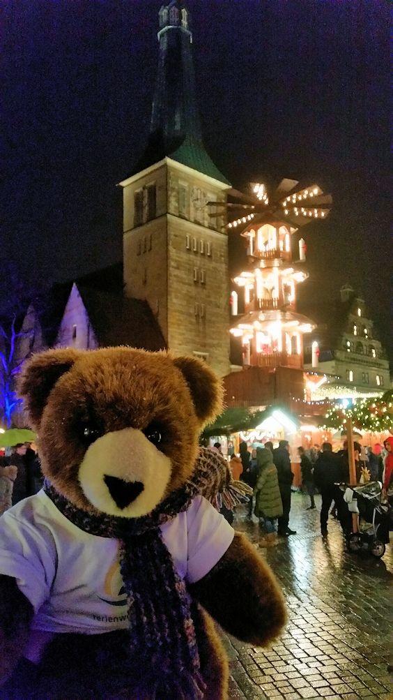 Mit dem Urlaubär auf dem Weihnachtsmarkt in der Rattenfängerstadt Hameln an der Weser, Weserbergland, Niedersachsen ...