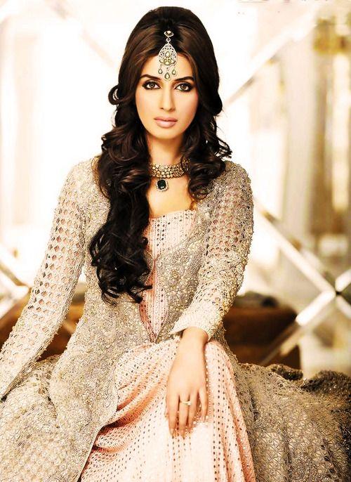 Stunning bridal makeup, maang tikka, necklace, Indian bridal jewellery