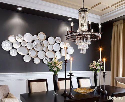 Украшение стен декоративными тарелками в интерьере гостиной