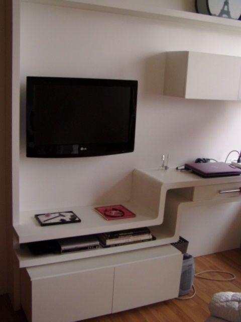 Sistema de muebles para escritorio y TV. Escritorio con curva y contra curva. Panel para TV. Cajoneras a nivel de piso con ruedas. Voladizo en curva para apoyo de objetos.