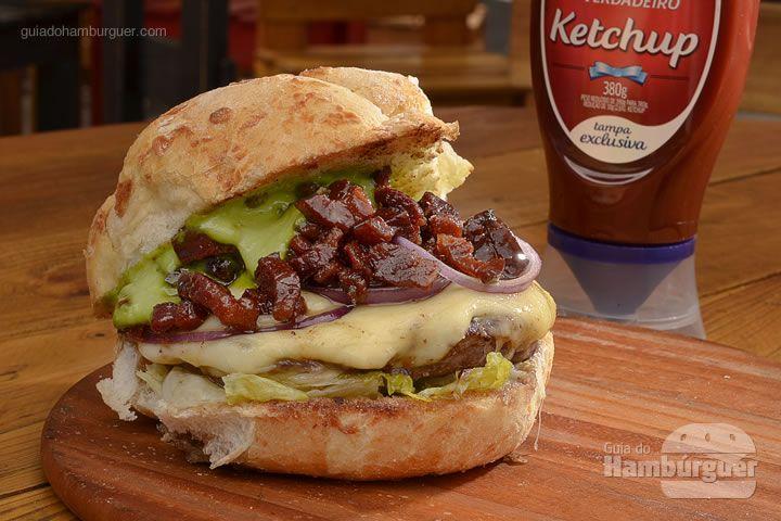 Bárbaro bacon: Hambúrguer de 180g, temperado com mostrada de cerveja escura Hellmann's, coberto com queijo emmental, geleia de bacon, alface e cebola roxa. - R$ 25 - SP Burger Fest