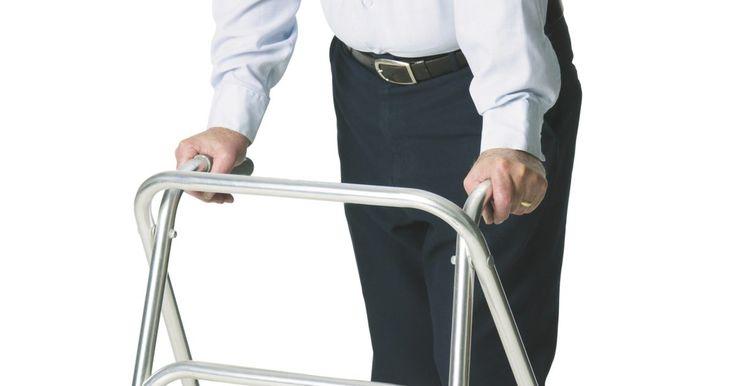 Como escolher muletas, bengalas e andadores. Se você se submeteu recentemente a uma cirurgia, se teve uma deficiência física ou sofreu de artrite ou outra condição médica que afete sua mobilidade, os auxílios para caminhar podem ajudá-lo a se manter em pé e a deambular com menos risco de queda. Se considerar difícil andar e precisar de ajuda para se locomover pela casa e/ou ao sair, peça a ...