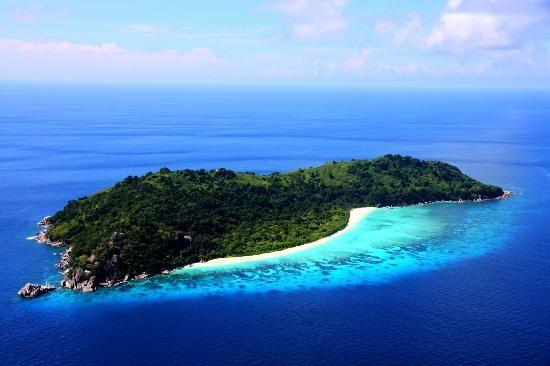 Les Similan Islands sont situées dans la mer d'Andaman, sur la côte ouest de la Thaïlande, et représentent aujourd'hui, l'un des plus beaux parcs nationaux maritime de la Thaïlande (Le Mu Ko Similan National Park). Découvrez des îles désertes recouvertes de Jungle, des plages à l'eau cristalline et grouillant d'une vie sous-marine incroyable.  Les îles Similan Island 1. Ou se situent les Similan Island ?  Carte des îles Similan Island Les îles Similan se situent au large des c...