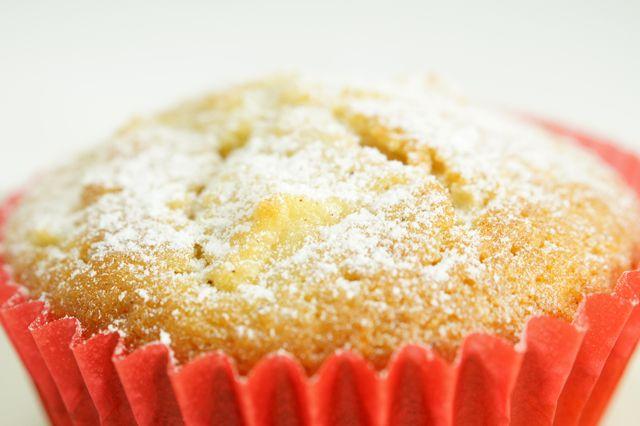 I muffin alle mele sono dei dolcetti arricchiti con morbida mela e aromatica cannella per deliziare le colazioni e le merende vostre e dei vostri bambini