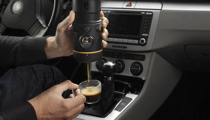 Parecida com uma lente de câmera profissional, a ideia da Handpresso Auto E.S.E. é fazer da cafeteira um produto portátil – especialmente para tomar café no carro. Ela possui 12V, cabe no porta-copos e faz café quando conectada ao isqueiro do carro. Prática, não?